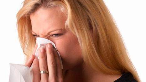 Почему беременным нельзя сосудосуживающие капли в нос. Преимущества назальных спреев при лечении насморка у беременных. Препараты морской соли.